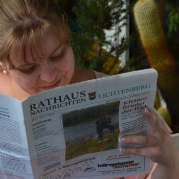 Frau liest Zeitung