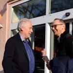 zwei Männer vor der Tür im Gespräch