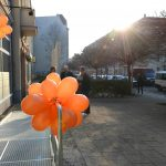 Luftballons am Geländer zum Eingang