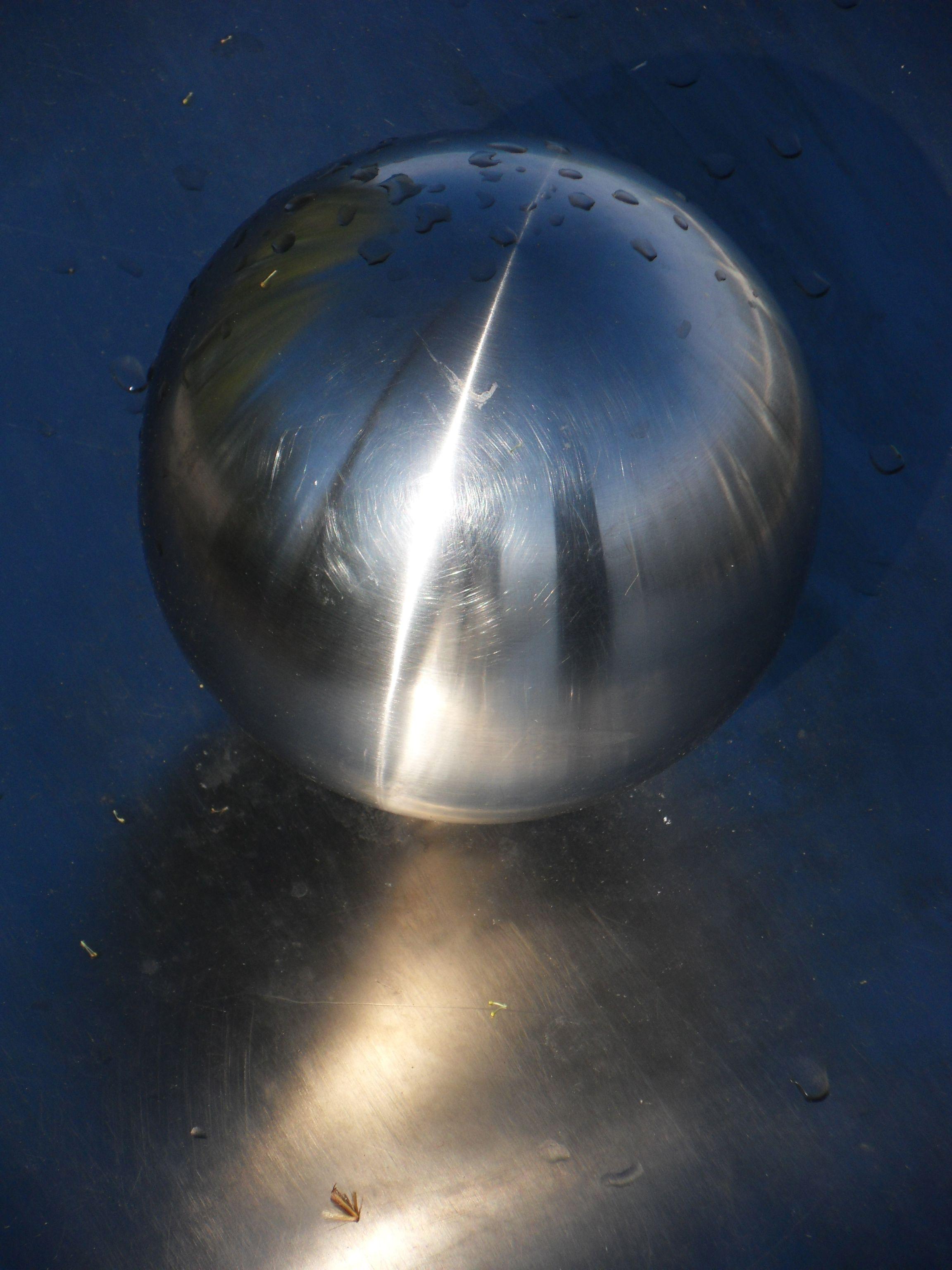 Metallkugel mit Spiegelbild